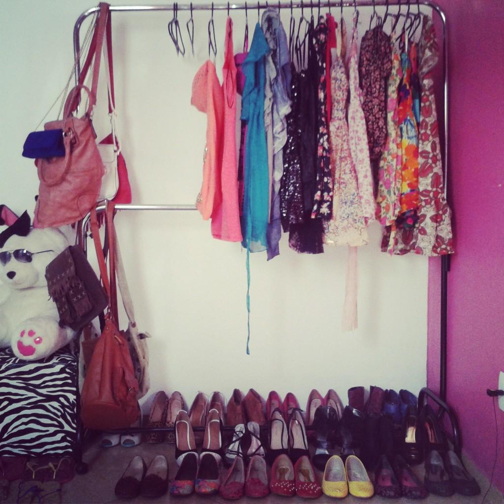 decoracao alternativa de quartos:Dica de organização: Decoração com arara de roupas.