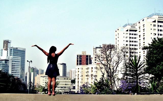 Ágata de Souza - Look com vestido azul rodado 2