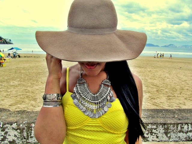 Ágata de Souza - Look colar medalhas boho