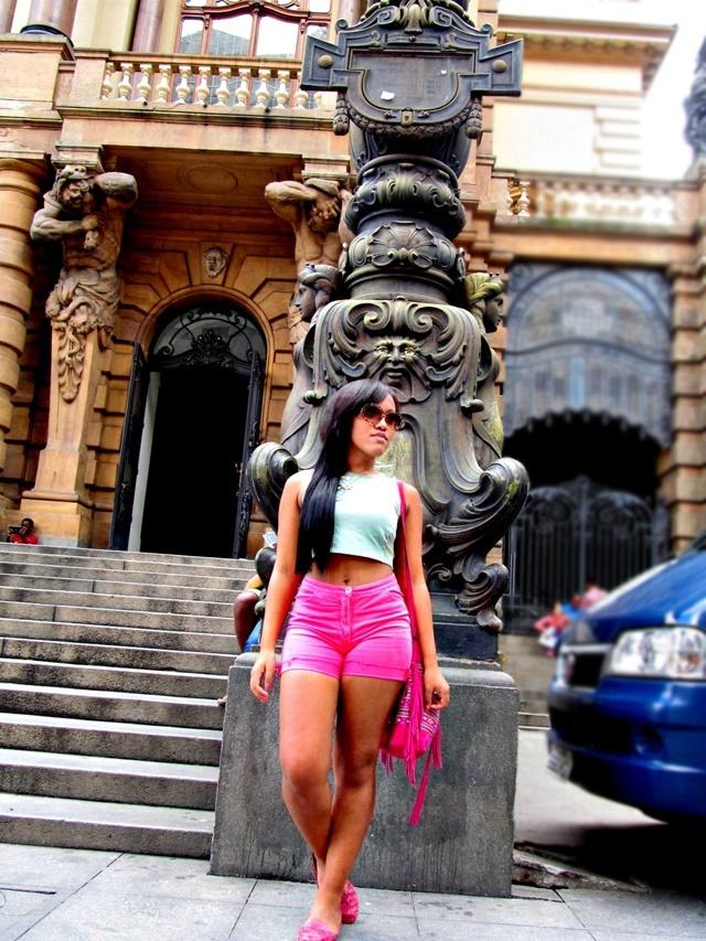Ágata de Souza - look com short hot pants e cropped