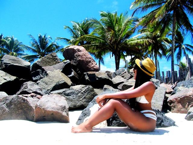 Biquini branco - praia de ilheus Agata de Souza