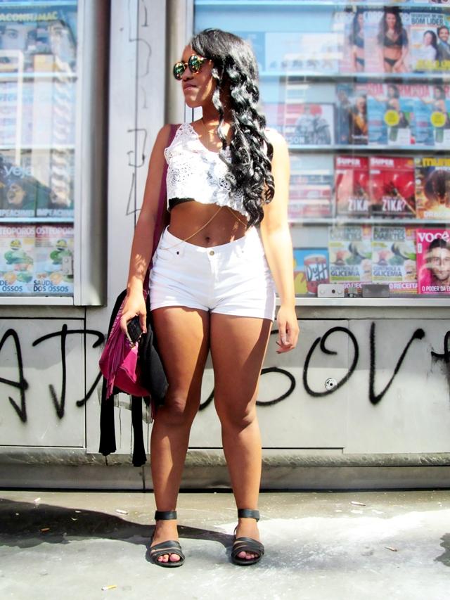 Ágata de Souza look com short cintura alta e cropped branco